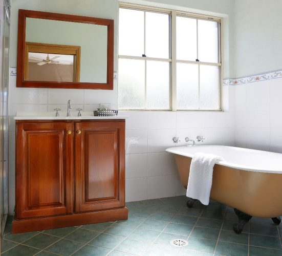Berenbell Vineyard Retreat - Clawfoot Bath in 1 Bedroom Cottage