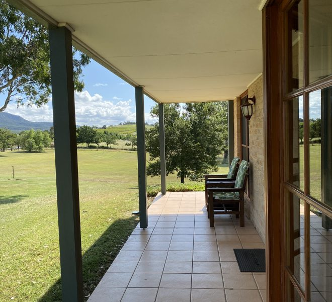 Berenbell Vineyard Retreat - outdoor seating on the cottage verandah